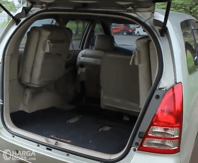 Gambar ini menunjukkan bagian bagasi mobil Toyota Kijang Innova 2004