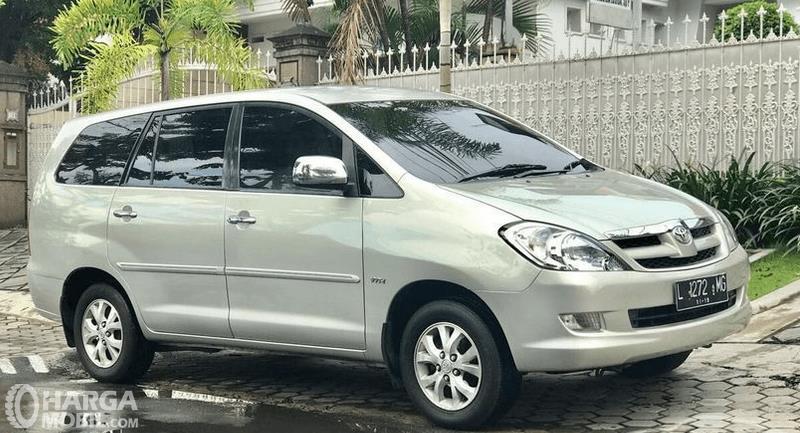 Gambar ini menunjukkan bagian samping Toyota Kijang Innova 2004 warna silver