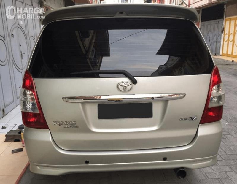 Gambar ini menunjukkan bagian belakang mobil Toyota Kijang Innova 2004