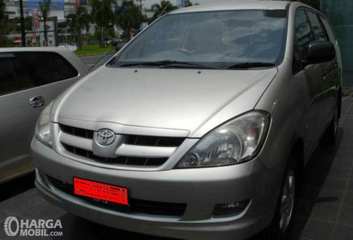 Gambar ini menunjukkan mobil Toyota Kijang Innova 2004 warna silver bagian depan