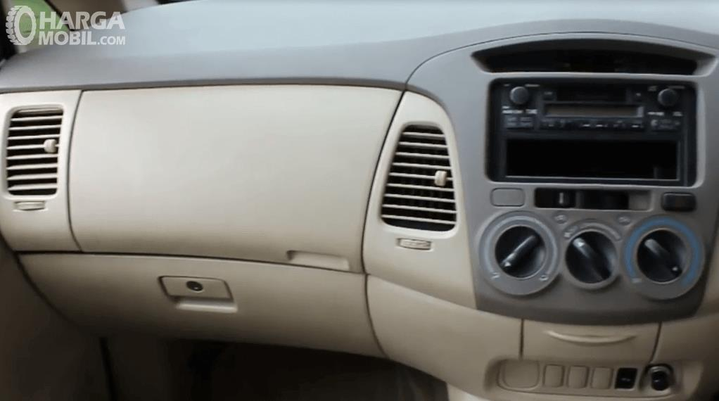 Gambar ini menunjukkan head unit dan glove box yang terdapat pada dashboard mobil