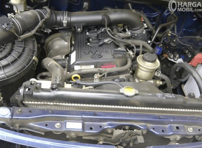 Gambar ini menunjukkan mesin mobil Toyota Kijang Innova 2004