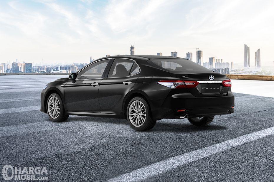 Foto Toyota Camry 2019 berwarna hitam dilihat dari tampak belakang