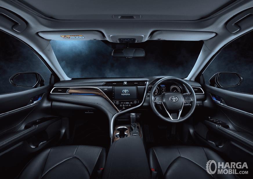 Foto menunjukkan tampilan bagian kabin Toyota Camry 2019