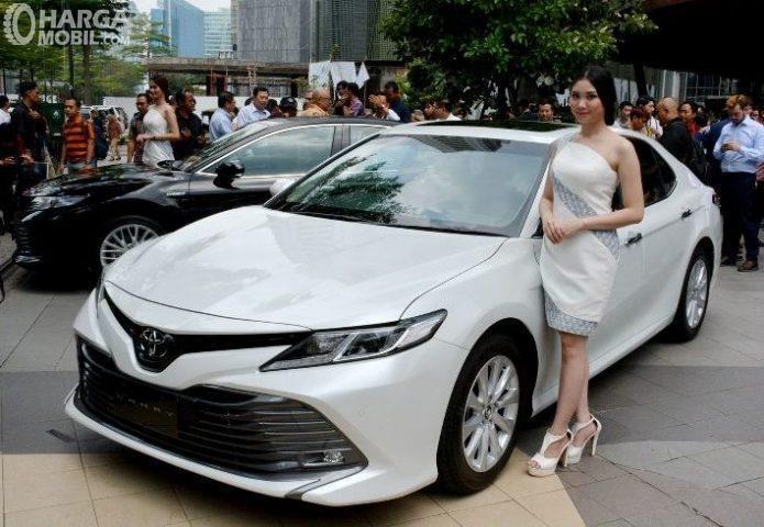 Foto seorang model bersama Toyota Camry 2019