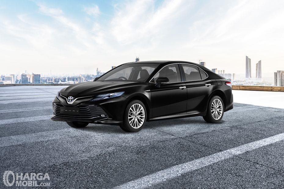 Foto Toyota Camry 2019 dilihat dari tampak samping depan