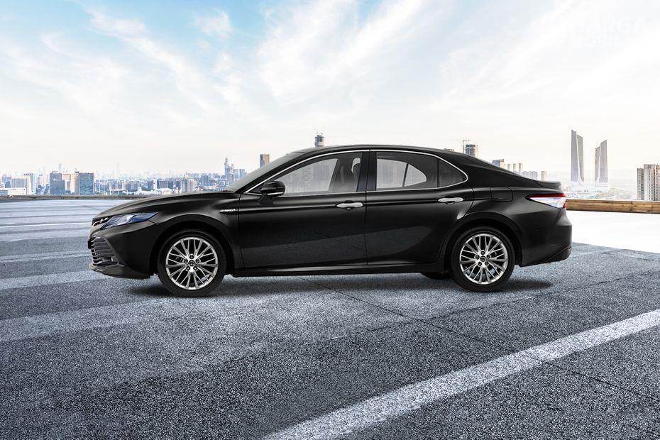 Foto Toyota Camry 2019 berwarna hitam dilihat dari tampak samping