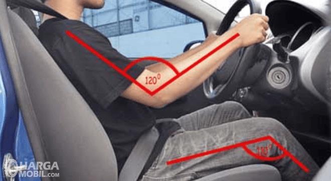 Gambar ini menunjukkan seorang pria sedang mengemudi mobil