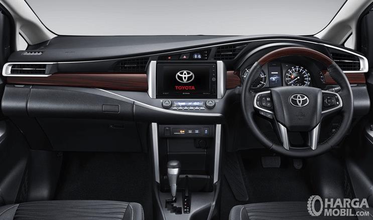 Gambar ini menunjukkan interior mobil Toyota Venturer terlihat dashboard dan kemudi