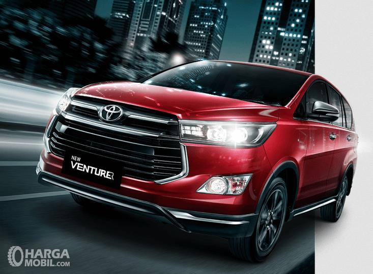 Gambar ini menunjukkan mobil Toyota New Venturer tampak depan