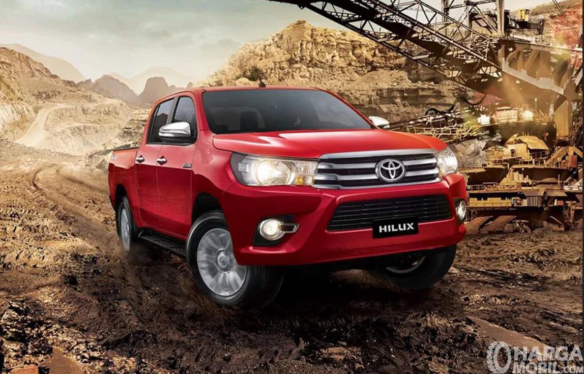 Foto Toyota Hilux Double Cab berwarna merah tampak dari samping depan
