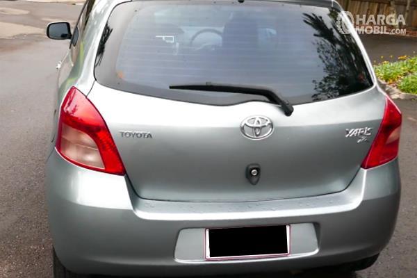 Gambar ini menunjukkan bagian belakang Toyota yaris 2006 warna silver
