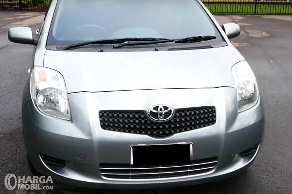 Gambar ini menunjukkan  bagian  depan Toyota Yaris 2006 warna silver