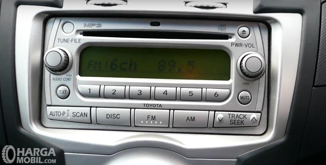 Gambar ini menunjukkan fitur Toyota Yaris 2006 yang terdapat pada dashboard mobil