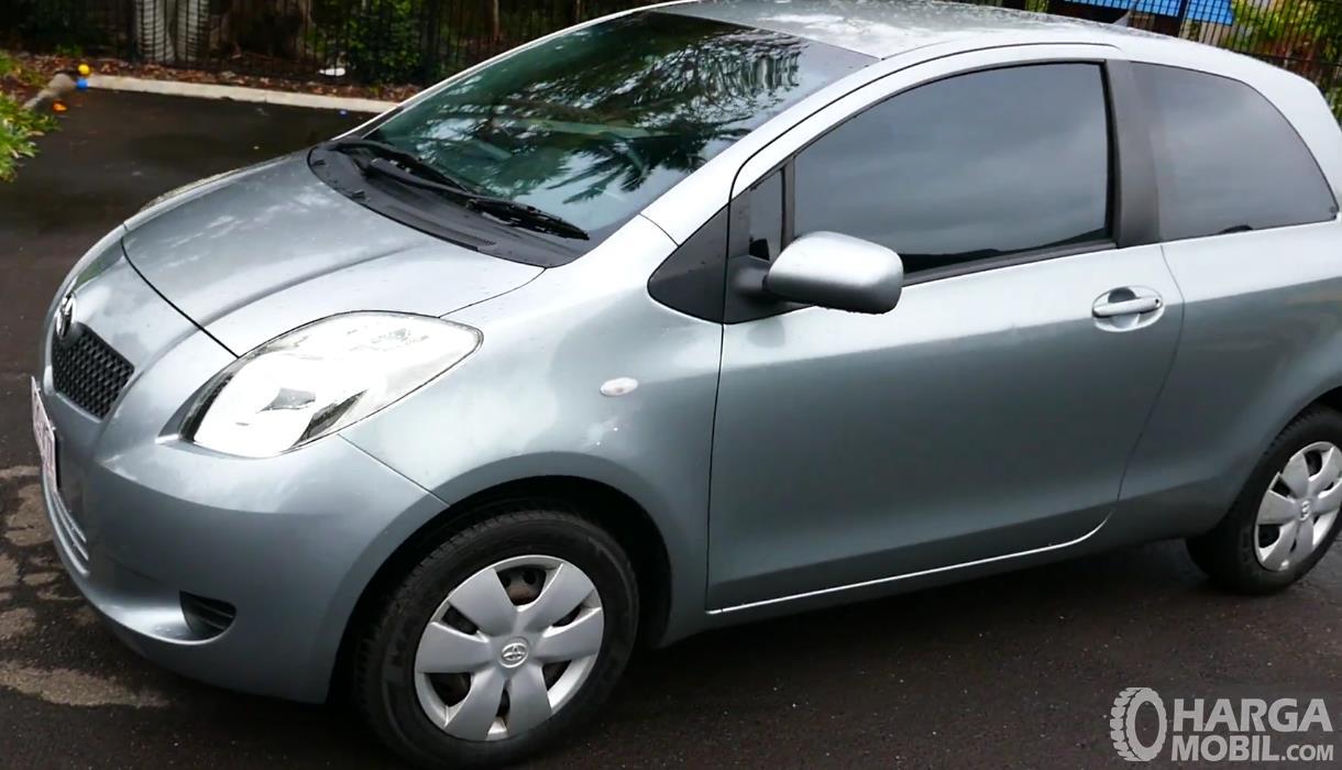 Gambar ini menunjukkan bagian samping Toyota Yaris 2006 warna silver
