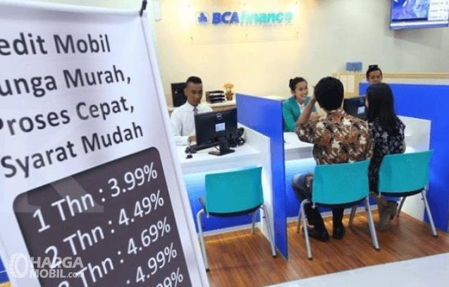 Gambar ini menunjukkan beberapa orang sedang berada di dalam bank