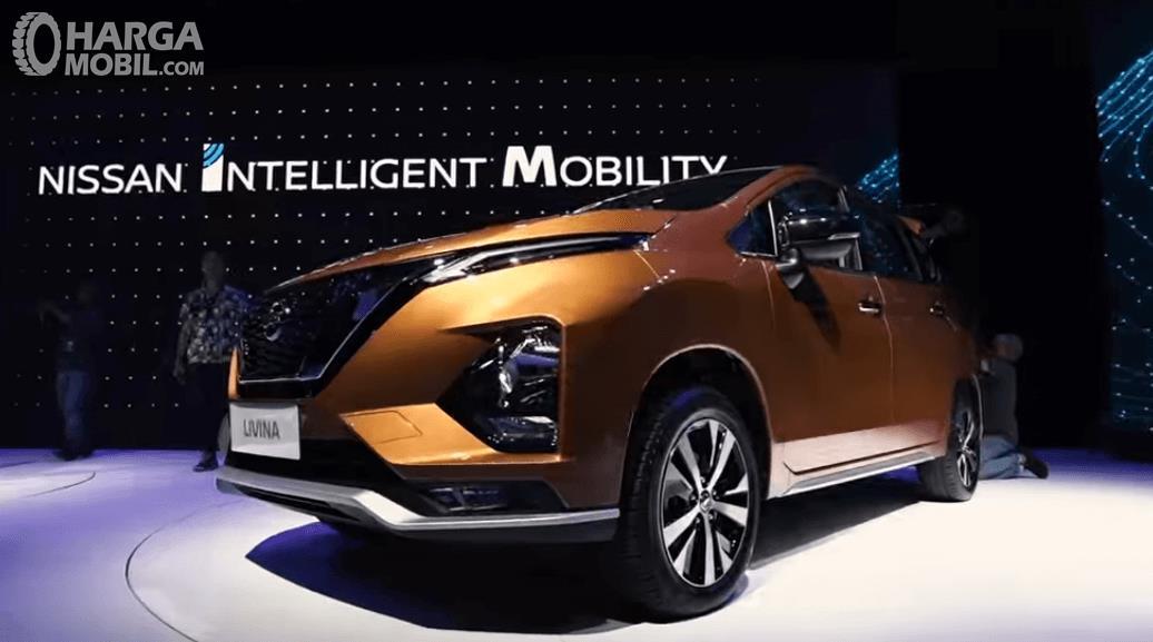 Gambar ini menunjukkan All New Nissan Livina 2019 tampak depan dan samping kiri