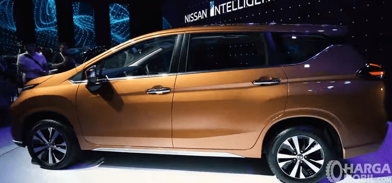Gambar ini menunjukkan bagian samping All New Nissan Livina 2019