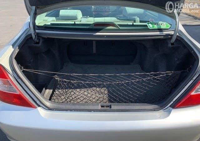 Gambar menujukkan desain ruang bagasi Toyota Camry 2002