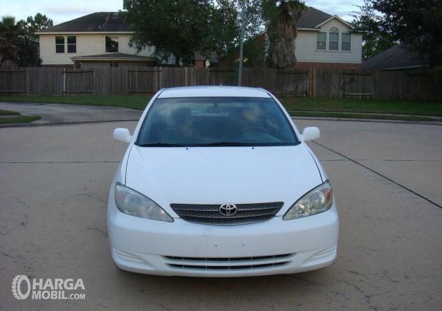 Foto Toyota Camry 2002 berwarna putih dilihat dari sisi depan