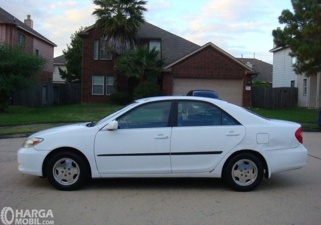 Gamabr menunjukkan desain mobil Toyota Camry 2002 dilihat dari sisi samping