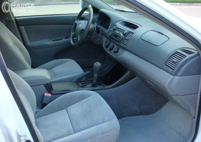 Gamabr menunjukkan desain ruang kabin Toyota Camry 2002