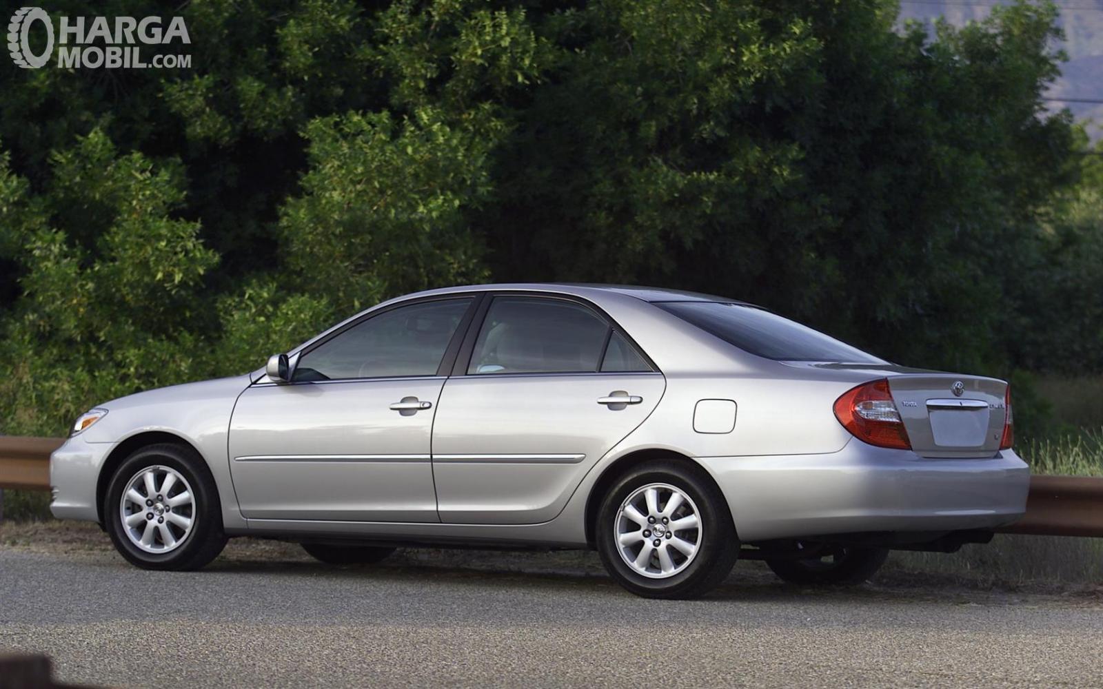 Foto Toyota Camry 2002 tampak dari samping