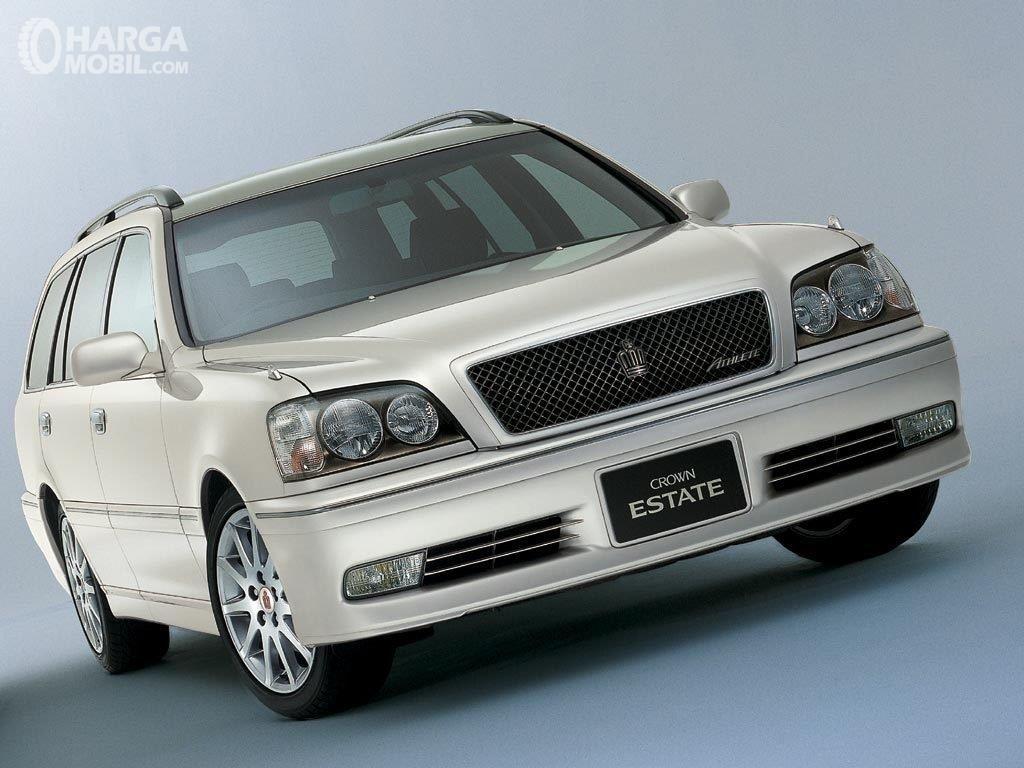 Foto Toyota Crown Estate 2001 warna silver tampak samping depan