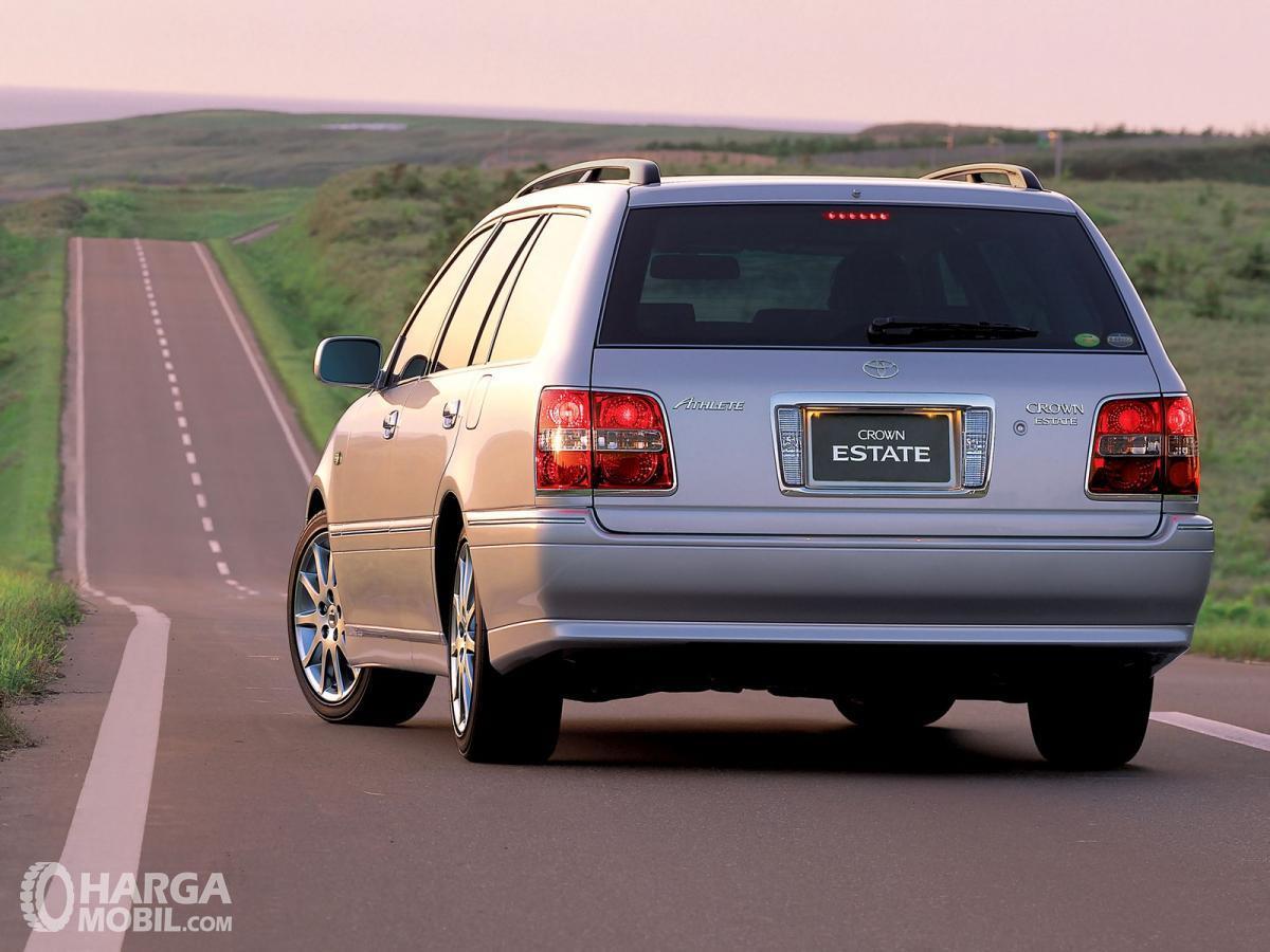 Foto Toyota Crown Estate 2001 tampak belakang