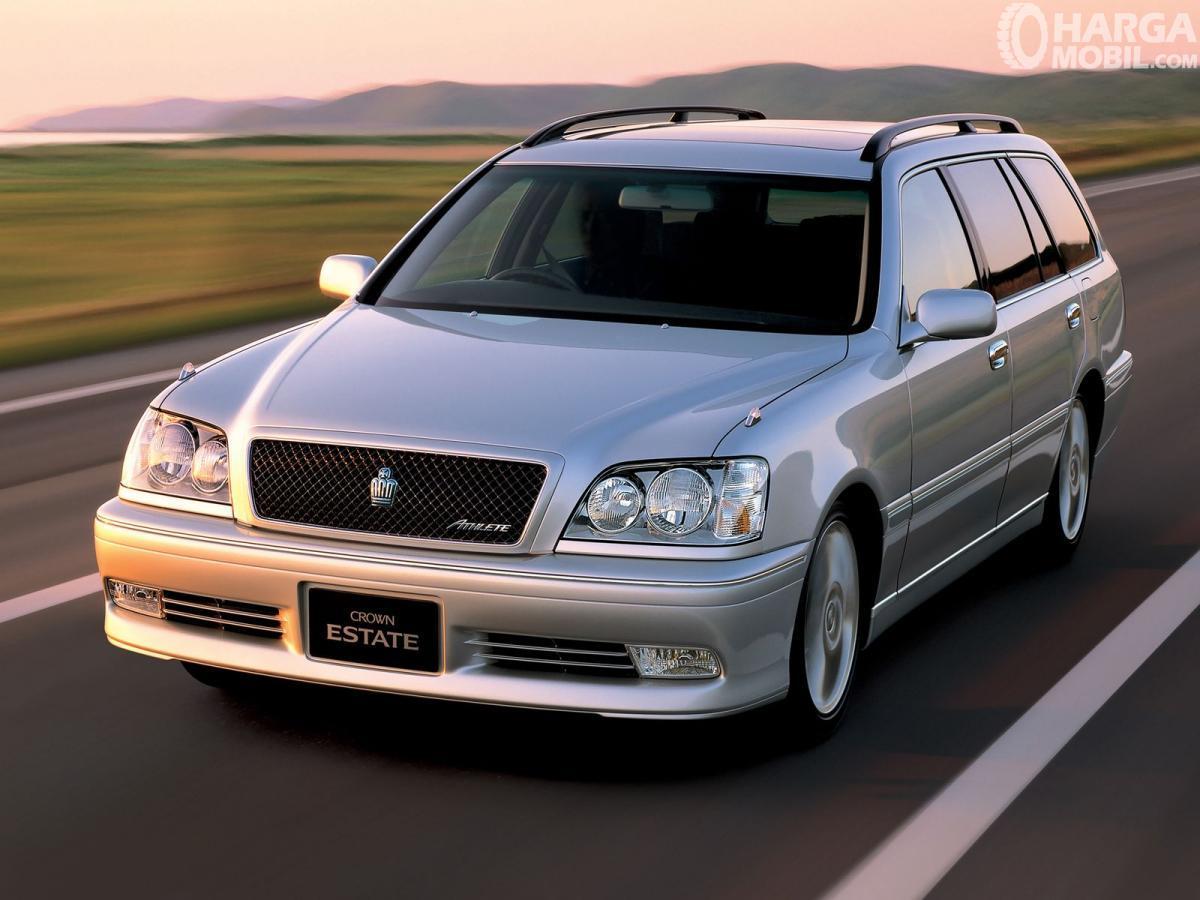 Foto Toyota Crown Estate 2001 tampak depan