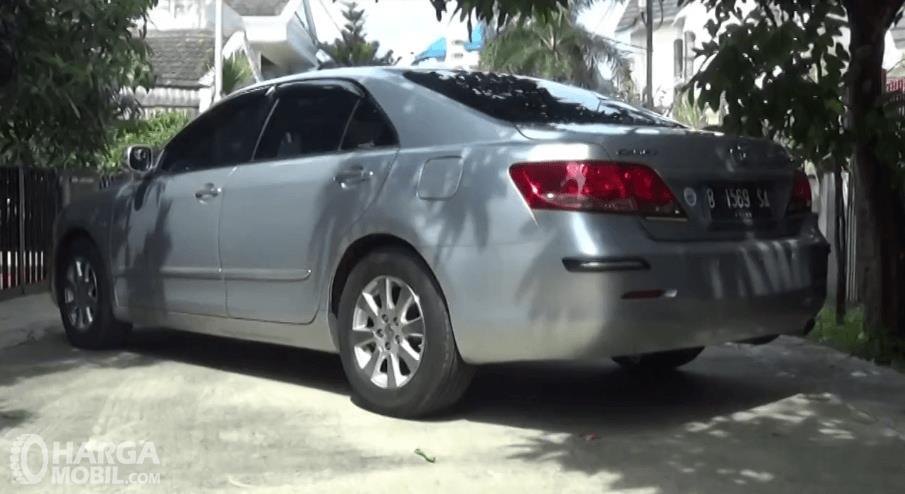 Gambar ini menunjukkan Toyota Camry 2006 warna silver tampak belakang