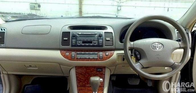 Bagian Dashboard mobil Toyota Camry 2006 terlihat kemudi dan head unit