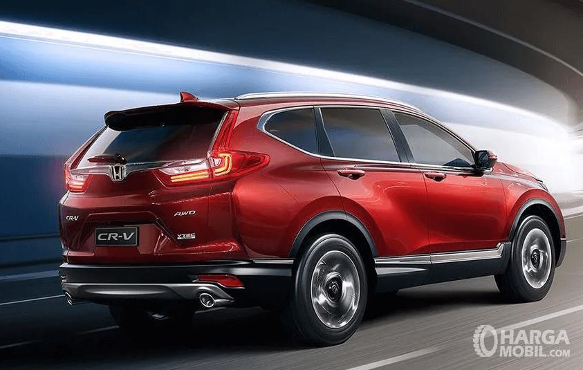 Gambar ini menunjukkan mobil Honda CR-V 2.0 CVTwarna merah tampak bagian belakang dan samping kanan