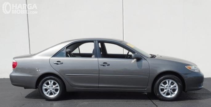 Gambar ini menunjukkan bagian samping kanan Toyota Camry 2006 warna silver