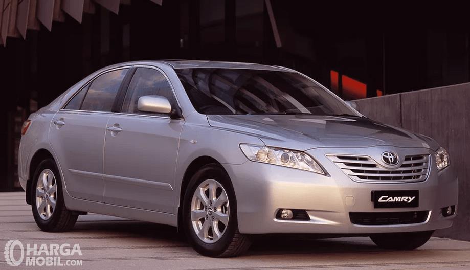 Gambar ini menunjukkan Toyota Camry 2006 bagian depan dan samping kanan