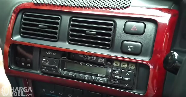 Foto fitur hiburan All New Toyota Corolla 1.6 S-Cruise 1996 masih menggunakan kaset pita, belum ada CD dan USB