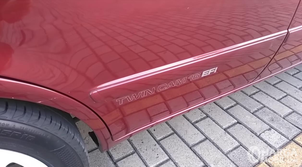 Foto sticker Twin Cam pada All New Toyota Corolla 1.6 S-Cruise 1996 yang menunjukkan identitas kendaraan