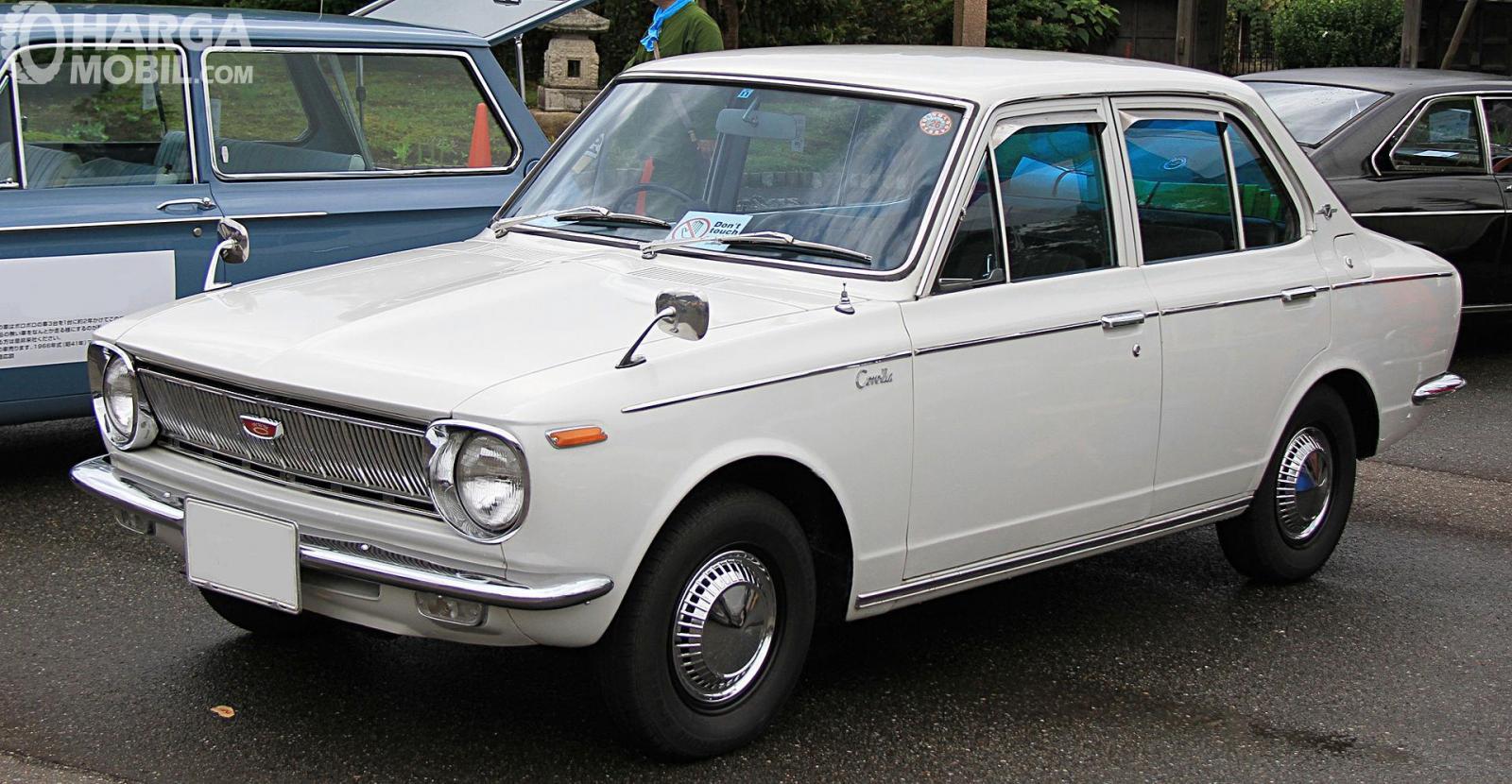 Foto Toyota Corolla 1966 - Generasi pertama Toyota Corolla yang dipasarkan di Jepang