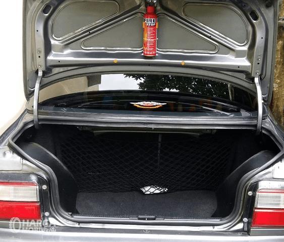 Gambar ini menunjukkan bagian bagasi mobil Toyota Great Corolla 1992