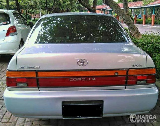 Gambar ini menunjukkan bagian belakang Toyota Great Corolla 1992 warna putih