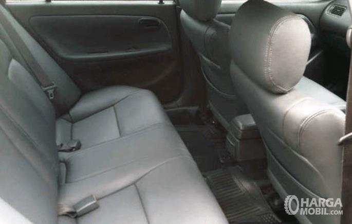 Gambar ini menunjukkan jok mobil Toyota Great Corolla 1992 baris kedua