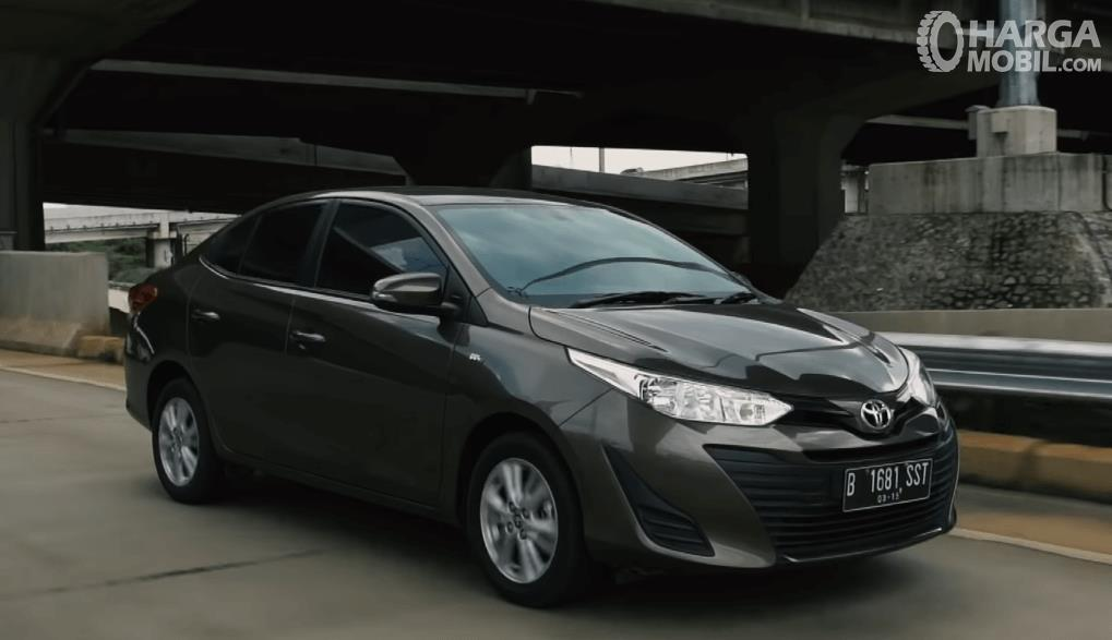 Gambar ini menunjukkan mobil Toyota Vios Tipe E tampak bagian depan dan samping kanan