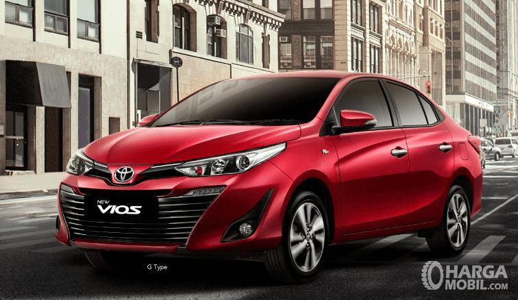Gambar ini menunjukkan Mobil Toyota Vios tipe G warna merah tampak bagian depan