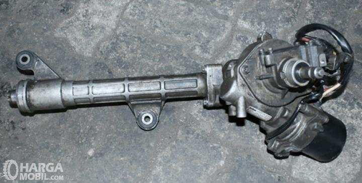 Gambar ini menunjukkan Steering Rack pada mobil yang sudah dilepas