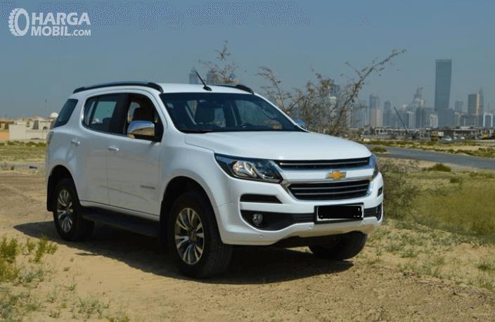 Gambar ini menunjukkan Mobil Chevrolet Trailblazer warna putih tampak depan