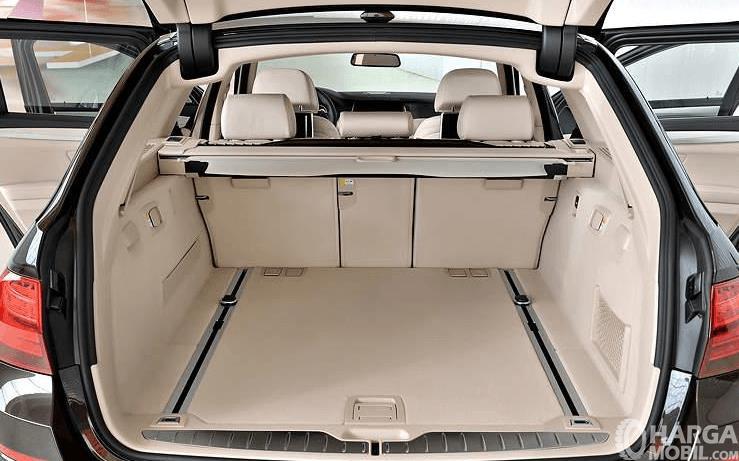Gambar ini menunjukkan interior mobil dalam keadaan pintu terbuka