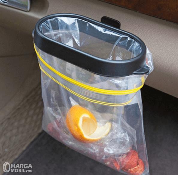 Gambar ini menunjukkan sebuah tempat sampah di dalam kendaraan