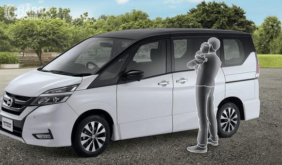 Gambar ini menunjukkan All New Nissan serena 2019 warna putih dan ilustrasi seorang pria bopong anak