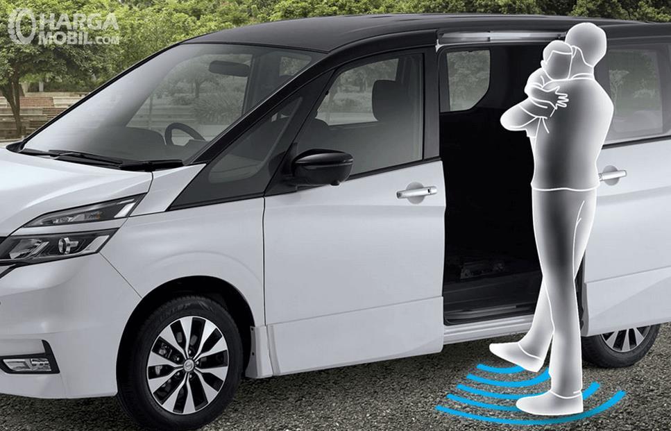 Gambar ini menunjukkan ilustrasi seseorang bopong anak mengayunkan kaki dan pintu Nissan Serena 2019 terbuka