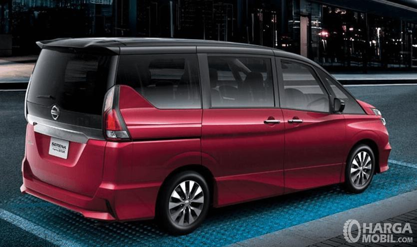 Gambar ini menunjukkan mobil All New Nissan Serena 2019 warna merah tampak samping dan belakang